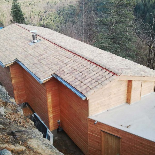 Couverture en tuile et toit terrasse